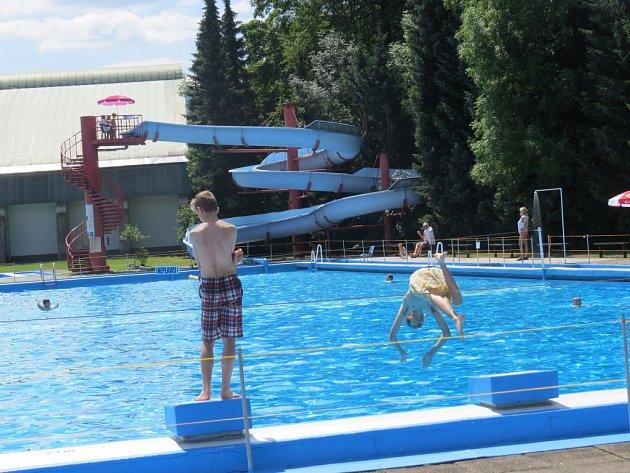 Těmto mladíkům se poloprázdný bazén zamlouval.