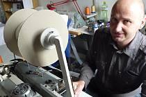 I u záclon se dá využít strojařina. Designér Radomír Petroš své technické vzdělání uplatňuje aspoň tak, že občas pro své zaměstnance vymýšlí zlepšováky na jejich pracovní stroje.