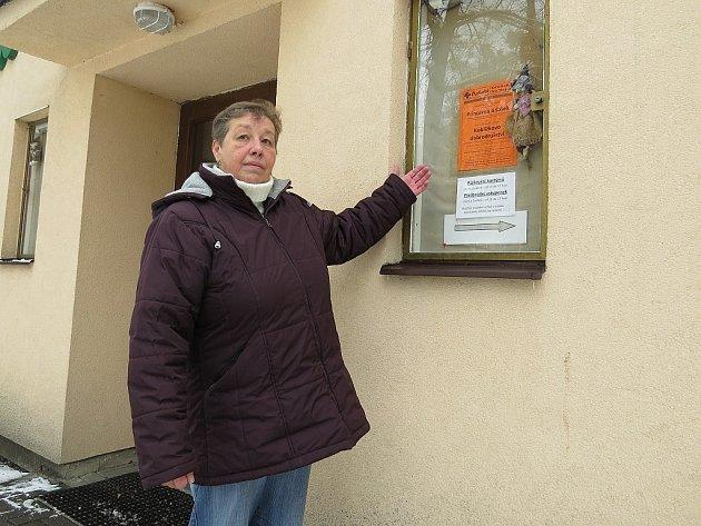 Ludmila Deutscherová stojí před budovou frýdeckého divadla Čtyřlístek, kterému šéfuje.