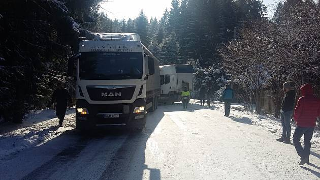 Uvízlý kamion blokoval v pondělí silnici I/56 u přehrady Šance.