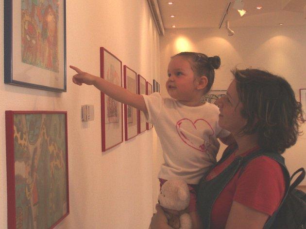 Dětské obrázky si v Trisii prohlédly Stanislava Hrubá s dcerou Magdalénkou.