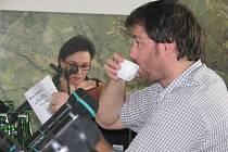 Jednání už v osm hodin ráno, to zatím třinečtí zastupitelé neznají. V pondělí je jim slibováno například výborné kafe. Na snímku zastupitel Radim Turek, vzadu starostka Věra Palkovská.