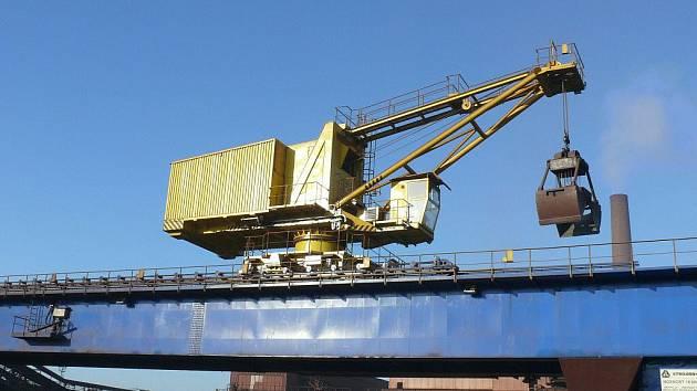 Společnost Třinecké železárny v těchto dnech uvedla do plného provozu nový skládkový jeřáb, který slouží pro přípravu vysokopecní vsázky na aglomeracích.