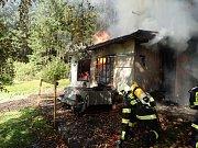 V obci Bílá museli hasiči v neděli likvidovat požár rekreační chaty.