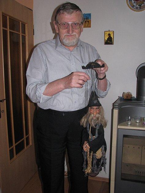 Jan Krulikovský se nechal vyfotografovat s jednou z divadelních loutek.