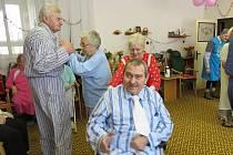 V Domovince ve Frýdku-Místku připravili zaměstnanci pro své uživatele pyžamový bál.