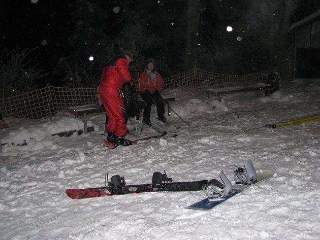 Ski areál v Malenovicích nabídl během víkendu i večerní lyžování.