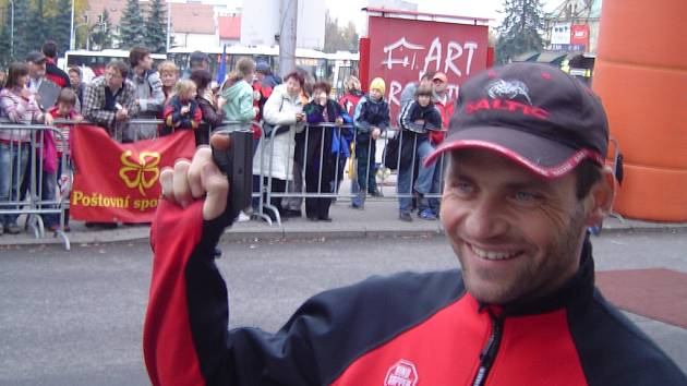 Na startu kondičního běhu se sešlo rekordních 445 běžců. Běžecké pole vyslal na trať horolezec Libor Uher.