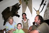 Malý Kája se v penzionu Hrad, kde získal nové tety a strýce, nechal s některými vyfotografovat.