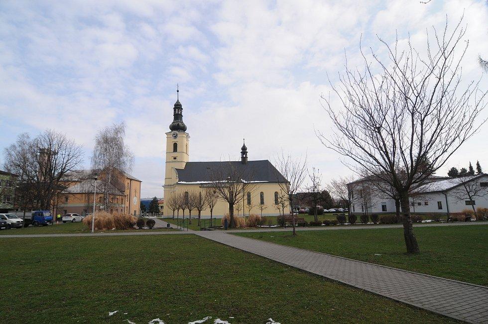 Kostel sv. Jiří je dominantou obce.