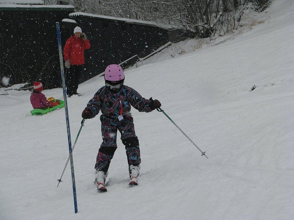 Sobotní závody dětí ve slalomu v Třanovicích.