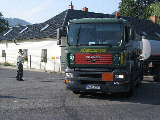 Dopravní policisté odkláněli kvůli kolizi dopravu na Staříč. Kvůli nehodě se vytvořily několikakilometrové kolony.
