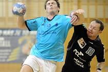 Házenkáři Frýdku-Místku (modré dresy) v letošní sezoně ještě neprohráli. Naposledy v domácím prostředí porazili tým Lovosic o tři branky.