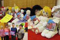 Výtěžek z prodeje panenek poputuje na očkování dětí po celém světě. Ve výřezu drží Ilja Maloušková a Tomáš Benedikt Zbranek certifikáty od organizace UNICEF.