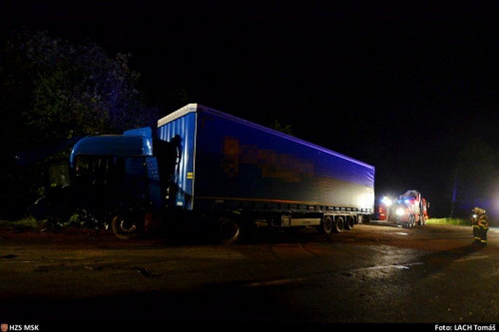 Zásah hasičů u havárie kamionu.
