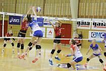 Volejbalistky Frýdku-Místku (bílomodré dresy) nestačily v domácím prostředí na hráčky Ostravy, se kterými nakonec prohrály 0:3.