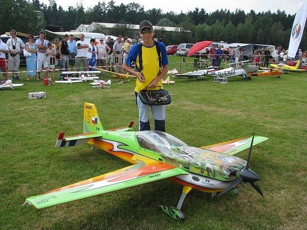 Vrchol modelářské akrobacie předvedl trojnásobný mistr Evropy v kategorii dospělých Daniel Hrachovec ze Zubří. V Bahně se o víkendu představil se svým modelem Katana 39 % s rozpětím křídel tři metry.