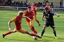 Divizní fotbalisté Frýdlantu (červeno-žluté dresy) si v domácím prostředí poradili s týmem z Valašska 2:1.