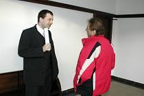 Milan Probosz z Třince (vpravo) se baví s advokátem před vyhlášením rozsudku. Soud muže ve středu poslal na pět let za mříže.