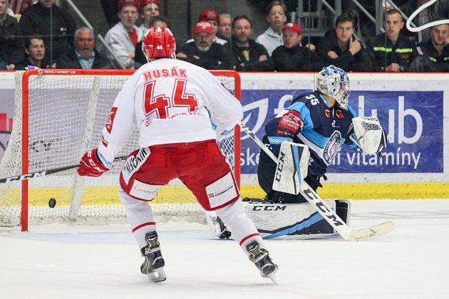 Zšestého finále hokejové extraligy mezi Třincem a Libercem (vmodrém).