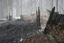 Trosky chaty v Malenovicích, kterou podle vyšetřovatelů vykradl a úmyslně zapálil devětkrát trestaný mladík.