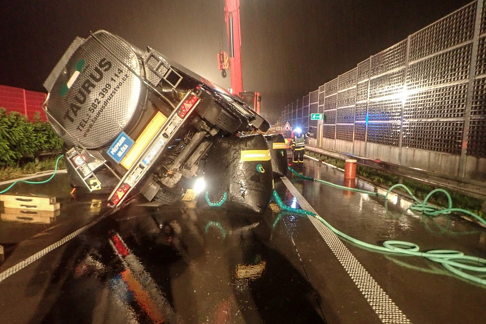 Zásah hasičů u převrácené cisterny u Frýdku-Místku.