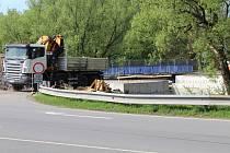 Stavba mostu poblíž přehrady Olešná trvá už několik týdnů.