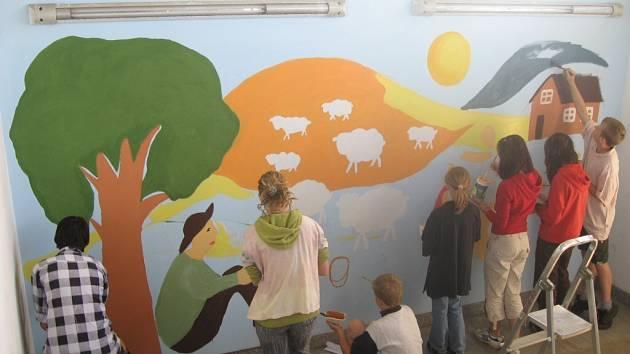 Školáci v Bystřici vyzdobili stěnu na nádraží ČD.
