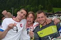Brankář Zdeněk Jež (zcela vpravo) se raduje se svými spoluhráči ze zisku stříbrných medailí.