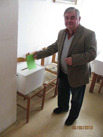 Předseda fotbalového oddílu TJ Oldřichovice Karel Turoň právě vhazuje do urny volební lístek.