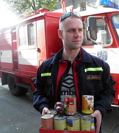 Dobrovolní hasiči zLískovce přinesli pejskům dobroty.