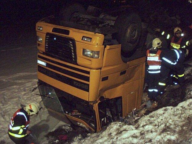 Hasiči z Třinecka zasahovali ve středu hned u tří nehod nákladních aut a kamionů.