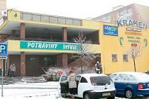 Za nepatrnou sochou Horník a chlapec Karla Vašuta se tyčí budova Kraken, jedno z center sídliště Slezská. Nachází se  v něm diskotéka Prestige Club, herny, bary, potraviny i restaurace.