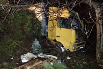 Maďarský řidič kamionu Volvo, který v noci na neděli v Třinci narazil mimo silnici do betonového sloupu a stromu, skončil se zraněním končetin.