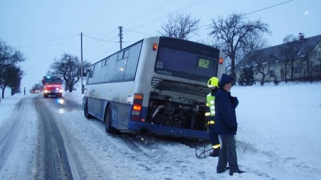 Nepříjemné chvíle zažívali ve čtvrtek 29. ledna v ranních hodinách cestující linkového autobusu, který jel z Kozlovic ve směru na Tichou.