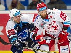 Třinečtí hokejisté (v bílém) chtějí v Plzni bodovat.