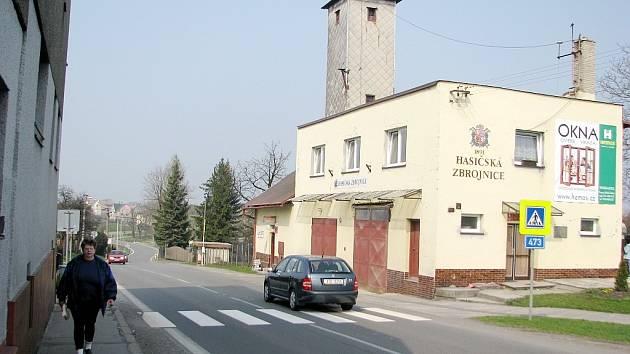 Celá třetina obyvatel Sedlišť se do centra obce pěšky dostane jen po krajnici frekventované, úzké a nebezpečné silnice. Lépe na tom nejsou ani cyklisté.