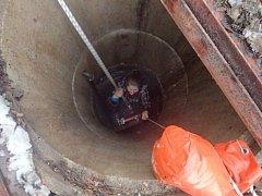 Záchrana ženy ze studny.