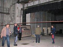 Zdevastovaný sál kulturního domu v Jablunkově na archivním snímku.