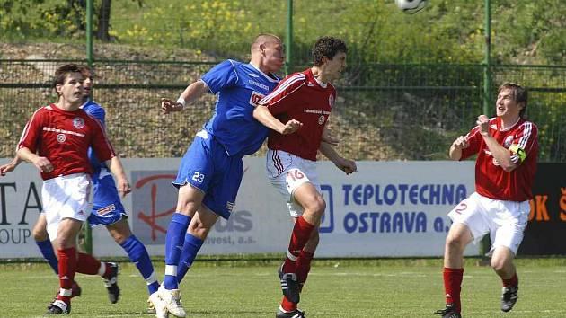 Třinecký Radek Szmek (v červeném) svádí na ilustračním snímku hlavičkový souboj. Vpravo akci sleduje Jakub Pindor.
