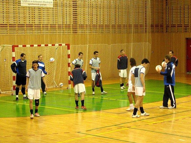 V rámci přípravného dvojutkání českých futsalistů se Slovinskem (hrálo se v Brušperku) si reprezentanti zatrénovali také v místecké hale u 6. ZŠ.