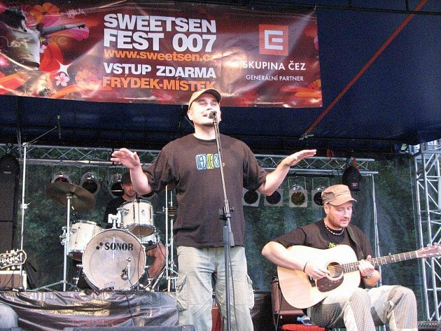 Kapela Kajkery před několika dny vystoupila na festivalu Sweetsen Fest. V popředí zpěvák Theodor Barczi a kytarista Tomáš Pyško. Oba si zahrají v televizním seriálu.