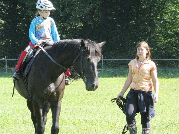 Dětem při jízdě na koni pomáhají instruktoři, kteří jsou zároveň členy pořádajícího sportovního klubu. Každý z nich má na starosti dvě až tři děti.
