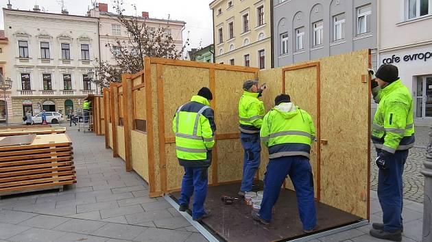 Přípravy vánočního městečka na místeckém náměstí.
