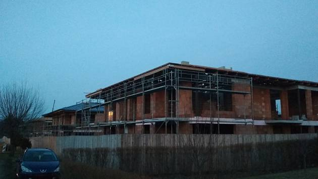 Výstavba domů v rámci projektu Rezidence Za kostelem v Čeladné je v plném proudu.