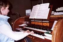 Denisa Morávková hraje na varhany.