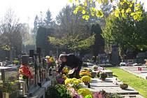 Centrální hřbitov na Panských Nových Dvorech ve Frýdku-Místku byl v neděli dopoledne zaplněn lidmi, kteří sem zavítali kvůli Dušičkám.