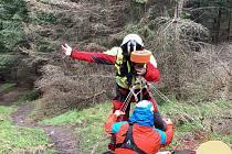 Posádky ZZS MSK spolu s horskými záchranáři zasahovaly u zraněné ženy v pátek 28. května. Operátoři byli o události informováni po jedenácté hodině dopolední. Na pomoc vyslali tým leteckých záchranářů a posádku rychlé zdravotnické pomoci.
