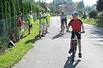 Mladší žáci a žákyně jeli závodní trasu vedoucí přes obec Janovice.