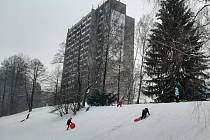 Nový sníh v Třinci potrápil řidiče, dětem naopak udělal radost.
